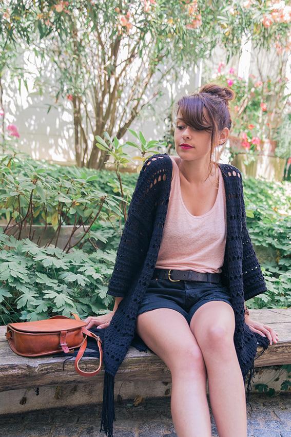 Look tenue bohème hippie simple - gilet à franges noir, sac en cuir vintage, vans authentic noires, short noir déchiré Monki style rock grunge - blog mode lifestyle