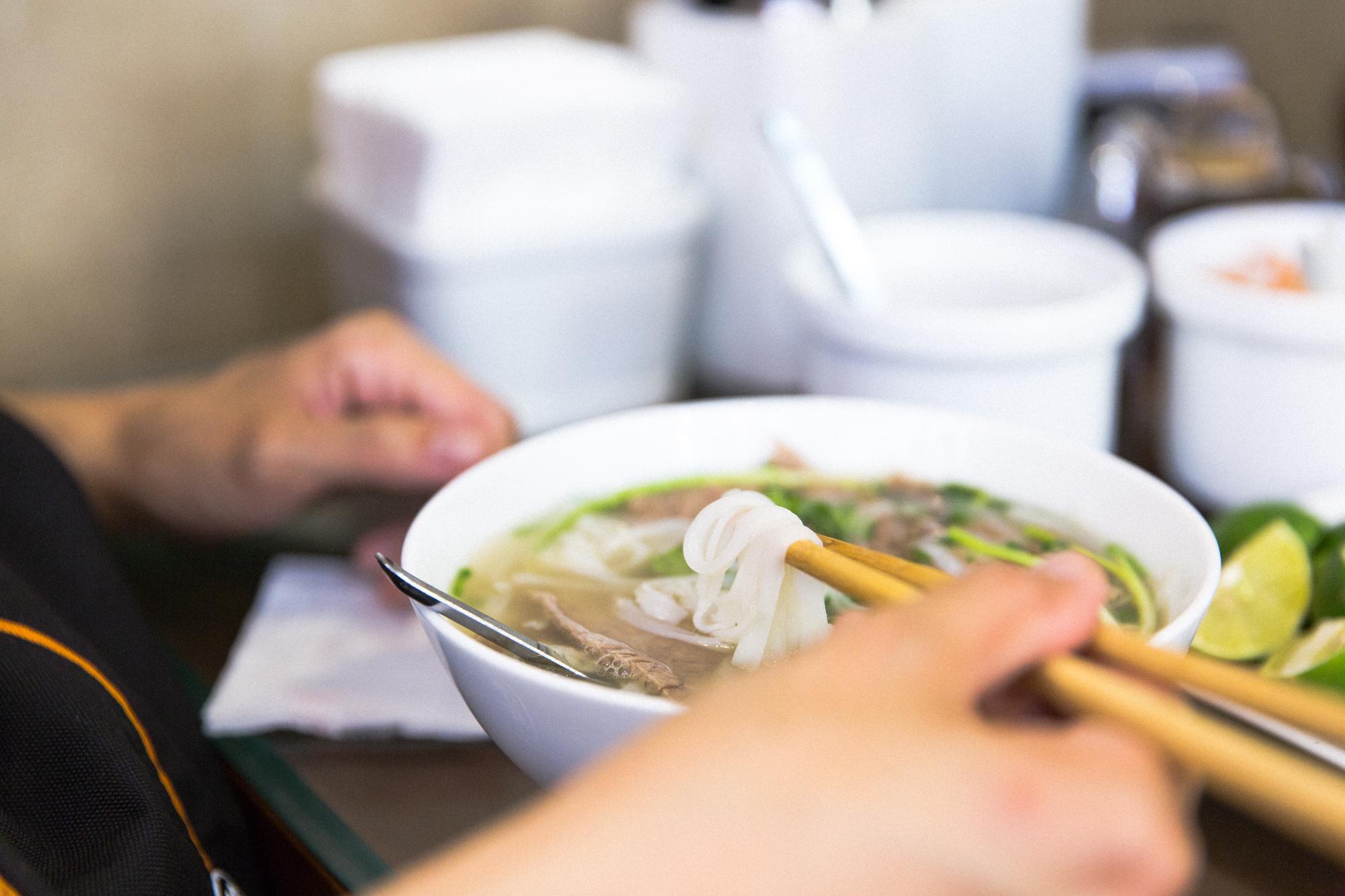 Phô soupe vietnamienne bouillon nouilles de riz et boeuf. restaurant petit déjeuner à Hanoï
