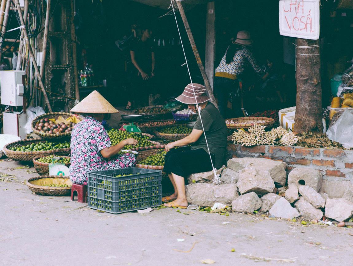Photo Hanoï Vietnam - voyage blog trip avec l'agence de voyage Comptoir des voyages. Photographie. Visite du Vietnam, hanoï. Marché dans les rues, vieilles dames qui travaillent