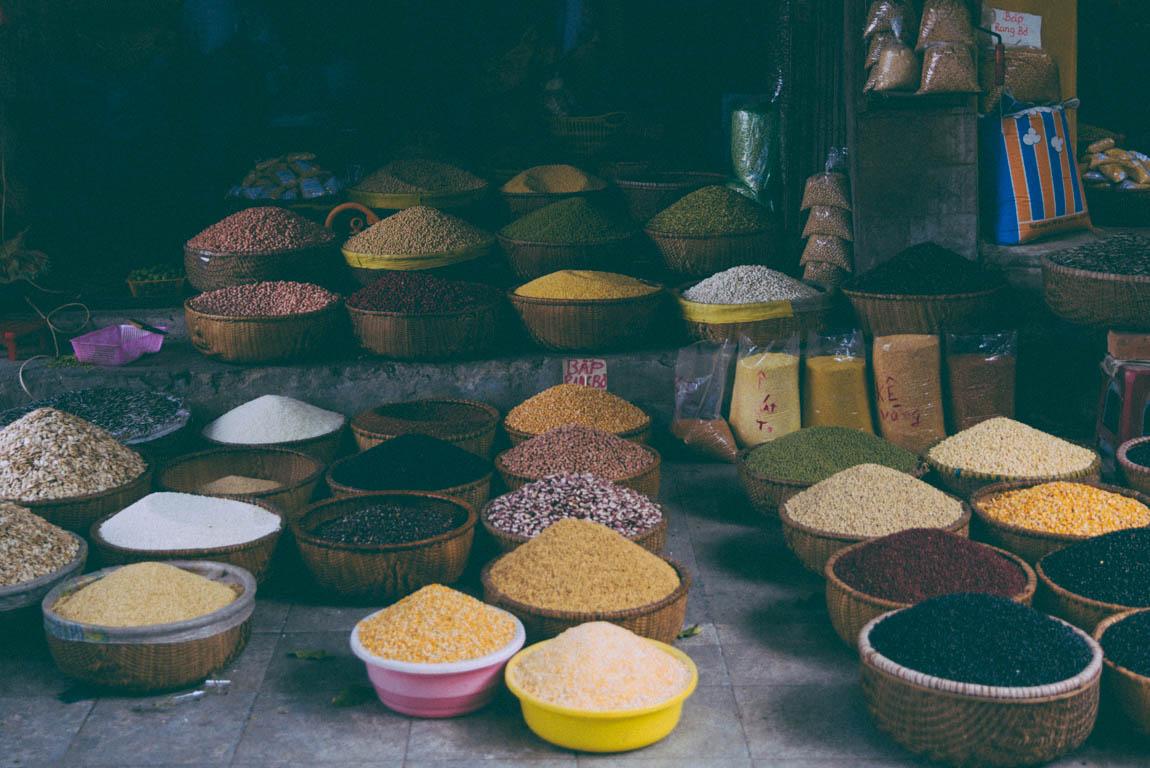 Photo Hanoï Vietnam - voyage blog trip avec l'agence de voyage Comptoir des voyages. Photographie. Visite du Vietnam, hanoï. Marché dans les rues, épices variées