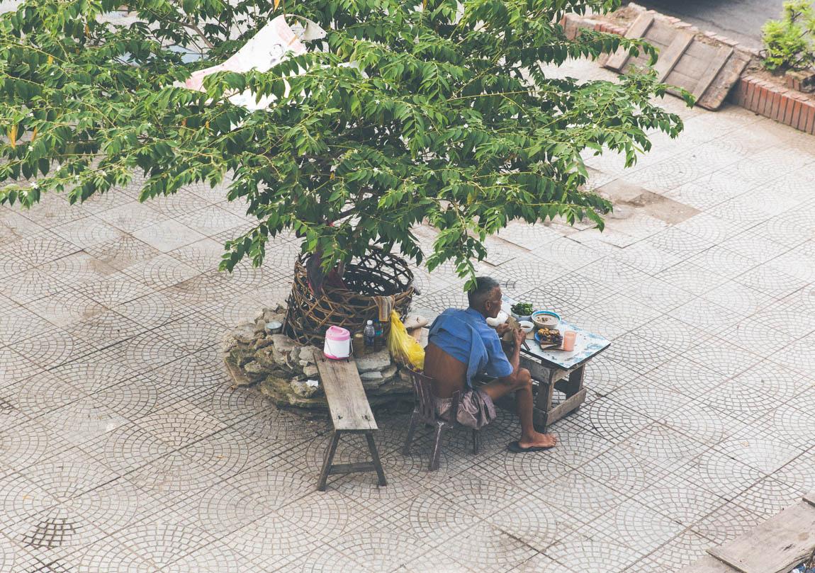 Photo Hanoï Vietnam - voyage blog trip avec l'agence de voyage Comptoir des voyages. Photographie. Visite du Vietnam, hanoï. Vieux monsieur qui mange dehors