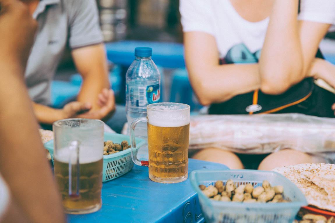 Photo Hanoï Vietnam - voyage blog trip avec l'agence de voyage Comptoir des voyages. Photographie. Visite du Vietnam, hanoï. Street Food bière vietnamienne dans les rues de Hanoï