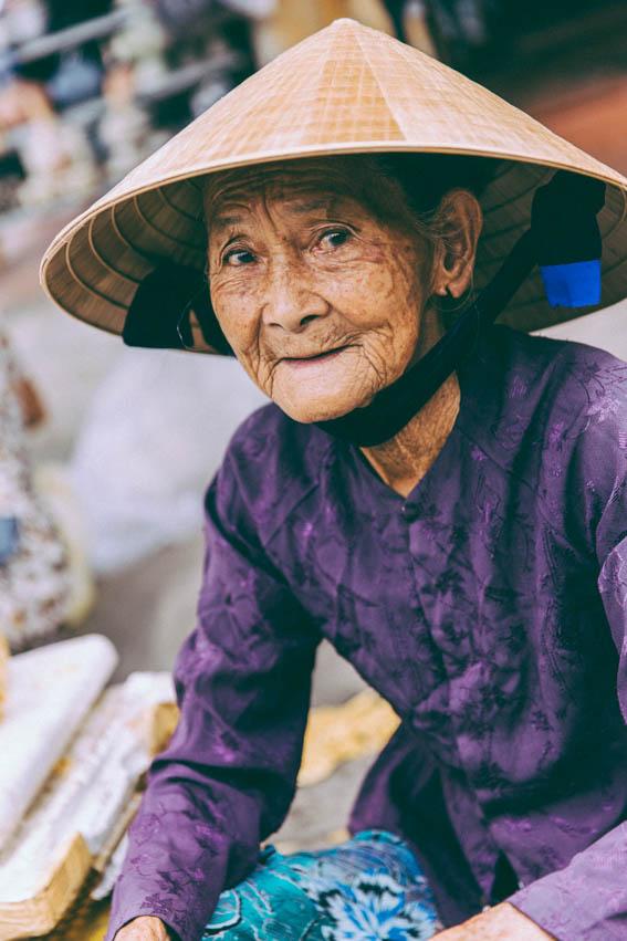 Vieille dame vietnamienne émotions dans les yeux photographie - blog voyage photographie mode lifestyle