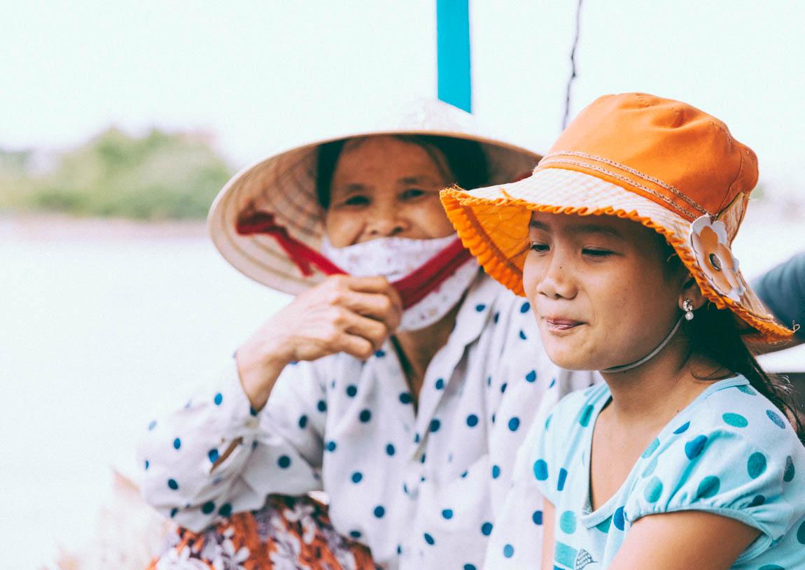 Une femme et sa fille sur le bateau à Hoï An - A woman and his girl on a boat in Hoi An