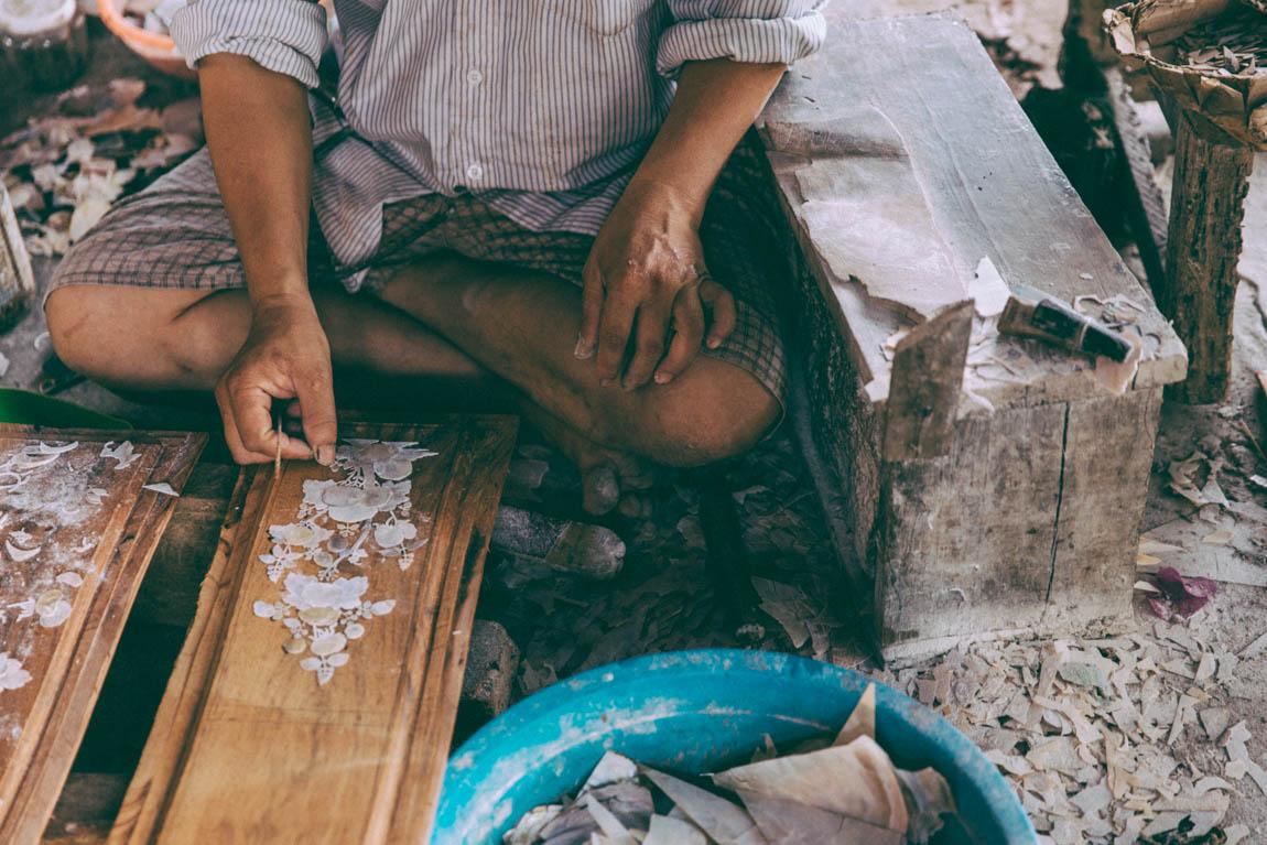 Travailleur qui taille le bois, artisanat au Vietnam à Hoi An - voyage avec comptoir des voyages