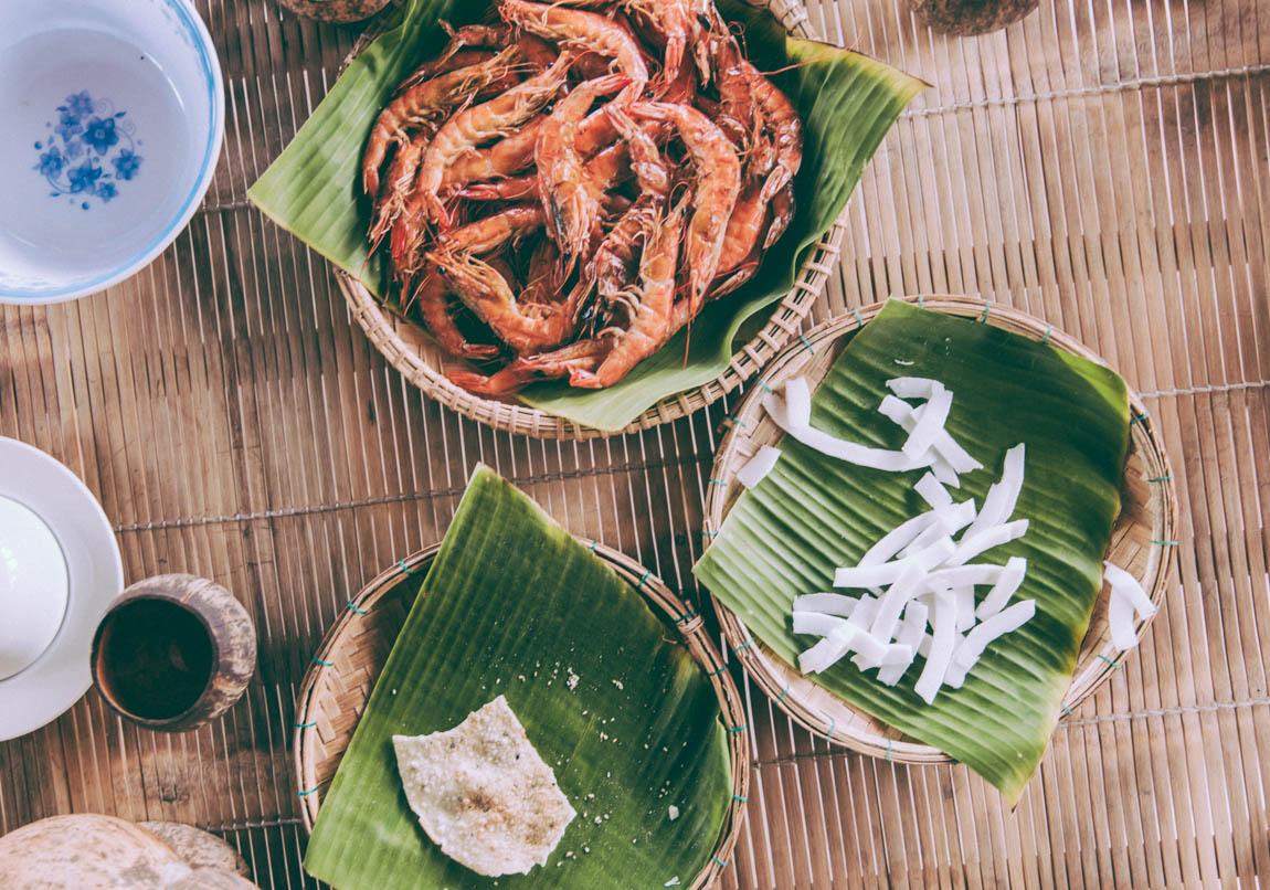 Nourriture vietnamienne crevettes roses cuites et marinées - voyage au vietnam découverte de la gastronomie locale chez l'habitant en immersion