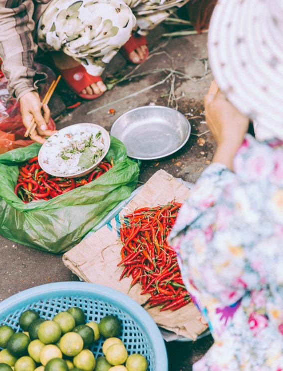 Marché Hoï An des femmes trient les petits piments rouges - Hoi An Market woman and pimento  voyage avec Comptoir des voyages blog voyage - blog mode lifestyle Dollyjessy