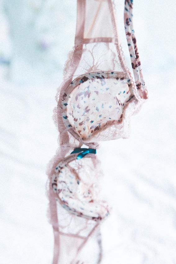 Triumph blogueuse ambassadrice Une Histoire D'Amourette Find The One - Modèle Mon Amour Spotlight rose fleurs dentelle - Shooting lingerie blog mode lifestyle