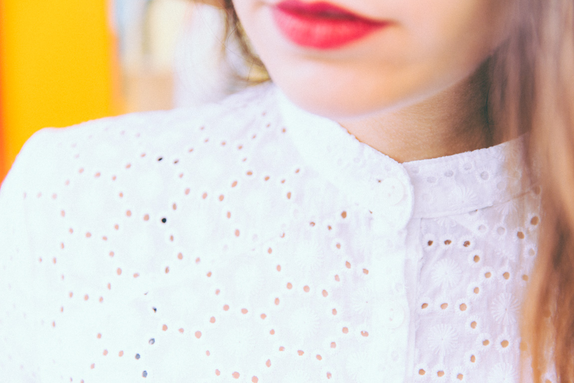 Chemise blanche Anna Tirmann dentelle - blog mode lifestyle shooting rue saint marthe Style années 70