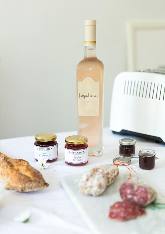 Vin rosé Monoprix, pain frais, table de brunch, confitures L'Epicurien, Grille pain Breville