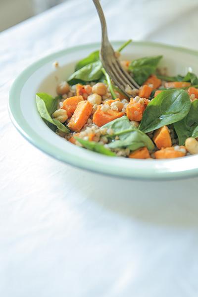 Assiette Vegan, recette vegan facile et rapide blog cuisine lifestyle - Boulgour, patates douces, noix de cajou, jeunes pousses d'épinard