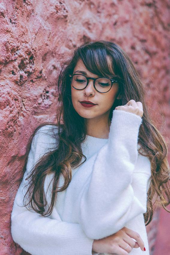 Look hiver 2015 idées pour s'habiller en automne hiver - Poncho blanc 123, jupe tube Zara, sneakers Lacoste, pull doudou mango - shooting canal saint martin - blog mode