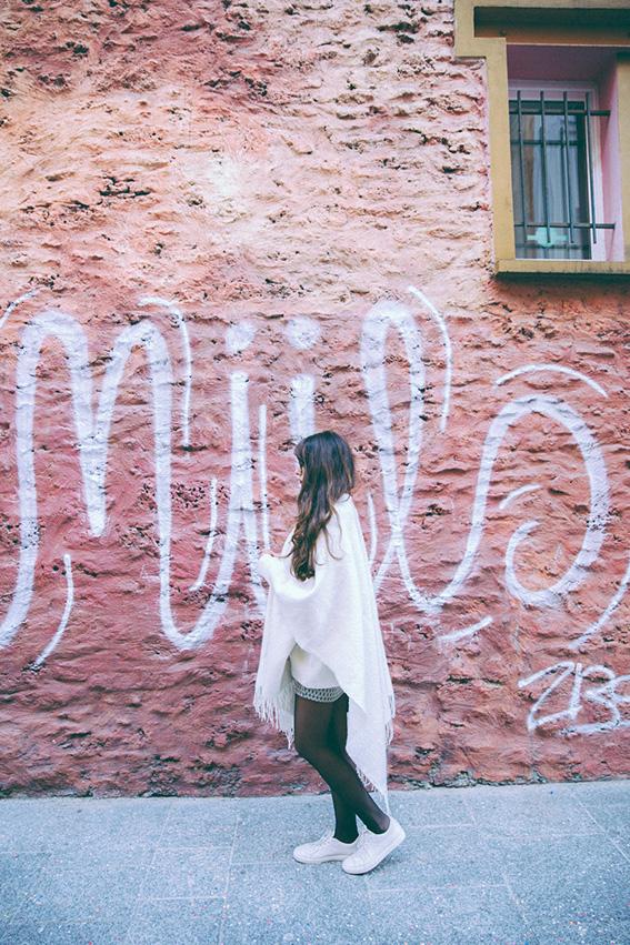 Look hiver 2015 idées pour s'habiller en automne hiver - Poncho blanc 123, jupe tube Zara, sneakers Lacoste - shooting canal saint martin - blog mode