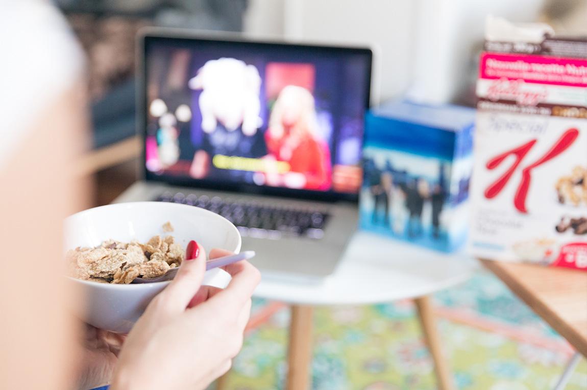 Photographie Lifestyle blogueuse mode Paris - journée cocooning devant une série, Friends.