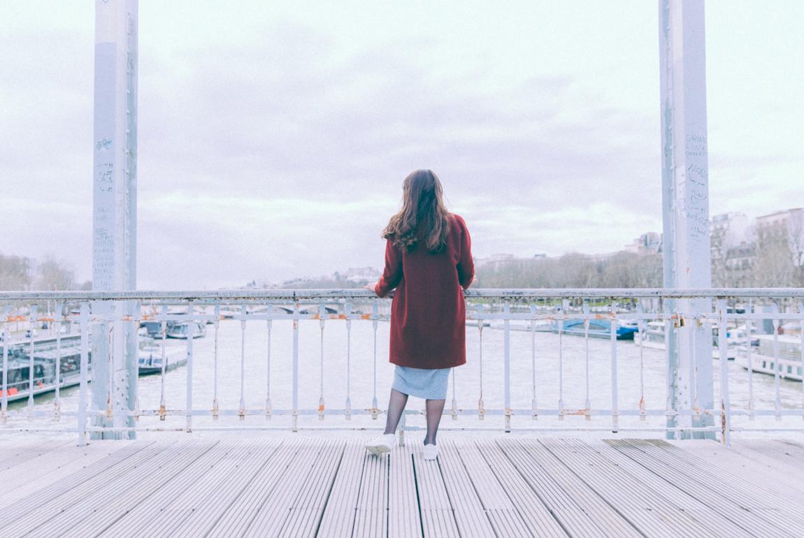 Blog mode Paris Dollyjessy - robe en maille Asos, manteau en laine Bensimon, baskets blanches beiges Lacoste . Look cool pour l'hiver. Blogueuse parisienne Shooting Look Paris passerelle Debilly
