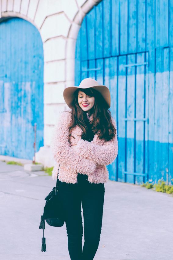 Blogueuse mode Paris - manteau rose court fausse fourrure, chapeau beige American Apparel - idée style slim noir boots noires rock Blog mode shooting