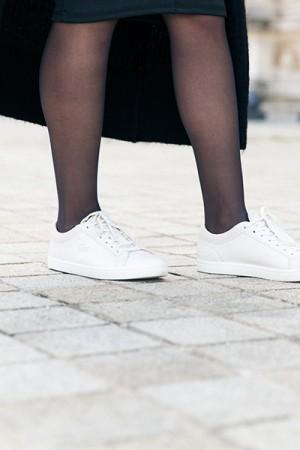 Comment porter des baskets blanches et rester féminine ?