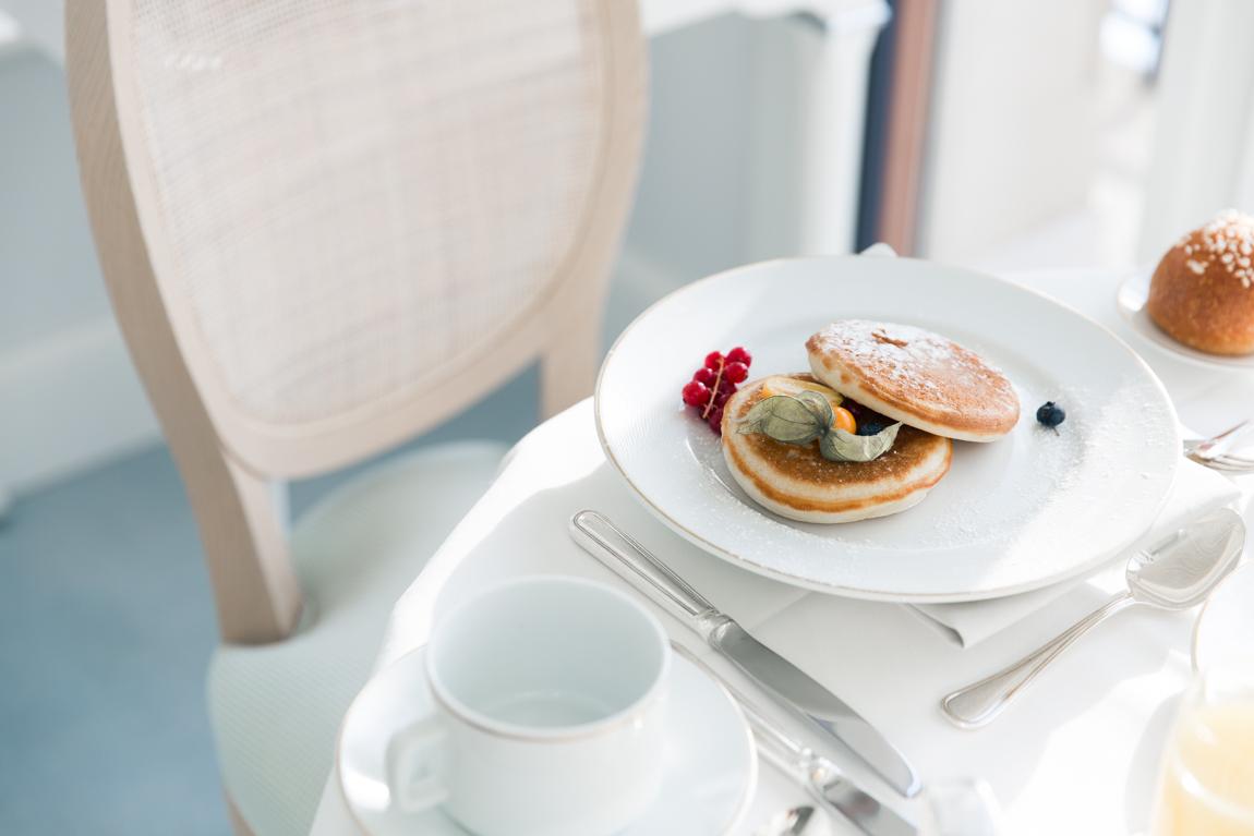 Hôtel Beau Rivage Palace - Suisse Lausanne Petit déjeuner luxe dans la chambre- blog voyage france paris - blogueur voyage belles photos