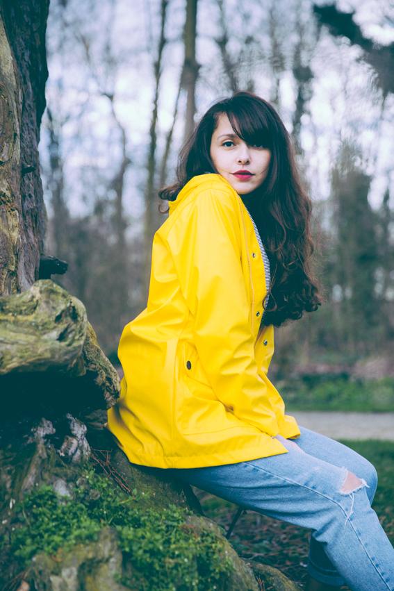 Idée de tenue temps de pluie - look ciré jaune Petit Bateau, mom jean clair Topshop, Keds couleur bronze et T-shirt sexy Urban Outfitters - blog mode Paris look de blogueuse