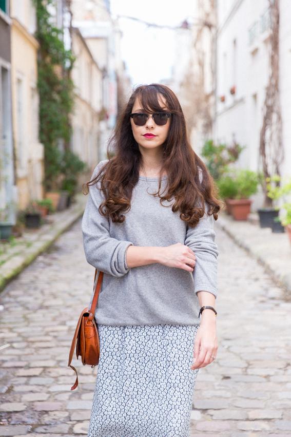 Look printemps été 2016 Robe longue fleurie American Vintage portée avec un sweet gris American vintage et des sneakers blanches. Blog mode Paris idées look