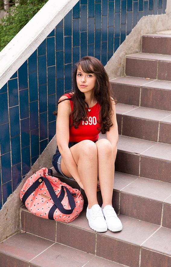 Blog mode Paris Dollyjessy - Look tendance années 90 short en jean vintage levi's - body rouge Alerte à Malibu - Tennis blanches Palladium