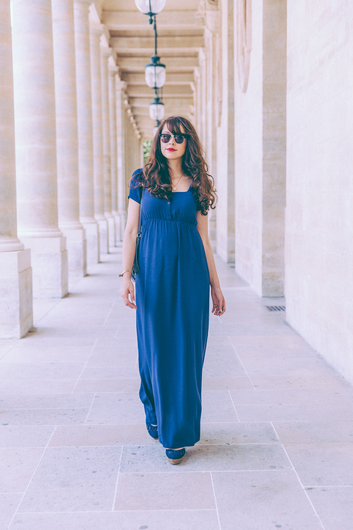 Blog mode Paris - blogueuse française parisienne dollyjessy. Look longue robe bleue American Vintage avec des compensées et un sac à main en cuir bleu Etrier - idées tenues