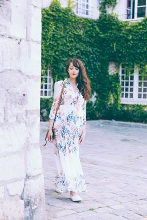 Blogueuse mode française à Paris. Robe longue petit prix Shein. Comment porter une robe longue avec des baskets quand on est petite ?