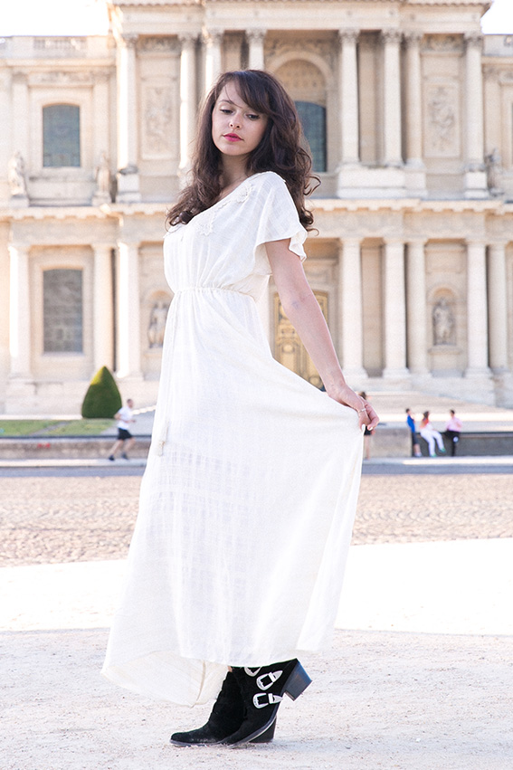 Look bohème longue robe blanche dentelle Urban Outfitters - Blog mode Paris conseils mode - Blogueuse Mode Dollyjessy Comment porter la robe bohème avec des boots de cowboy