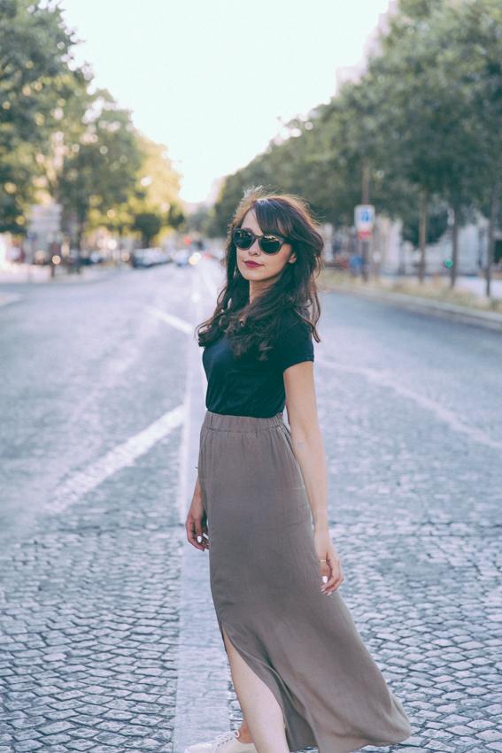 Blog mode Paris tennis compensées Faguo jupe longue taille haute en crêpe, t-shirt noir lunettes de soleil en bois Shiny Wood Sac vintage Emmaüs - blogueuse mode lifestyle Dollyjessy