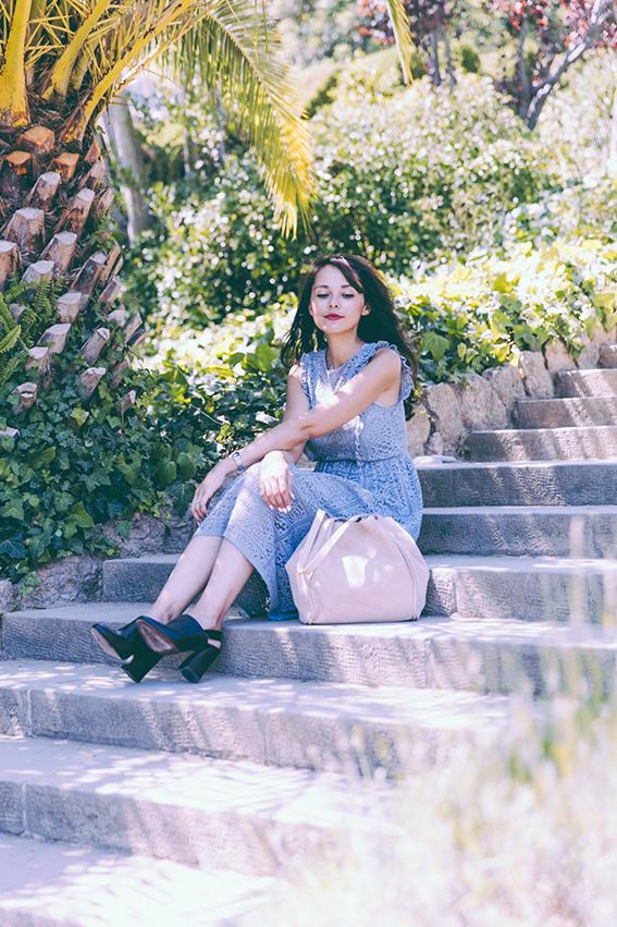 Blogueuse mode Paris look à Barcelone - bonne humeur. Robe dentelle bleue Zara, chaussures d'été fermées type sabot, sac beige en daim Zara.