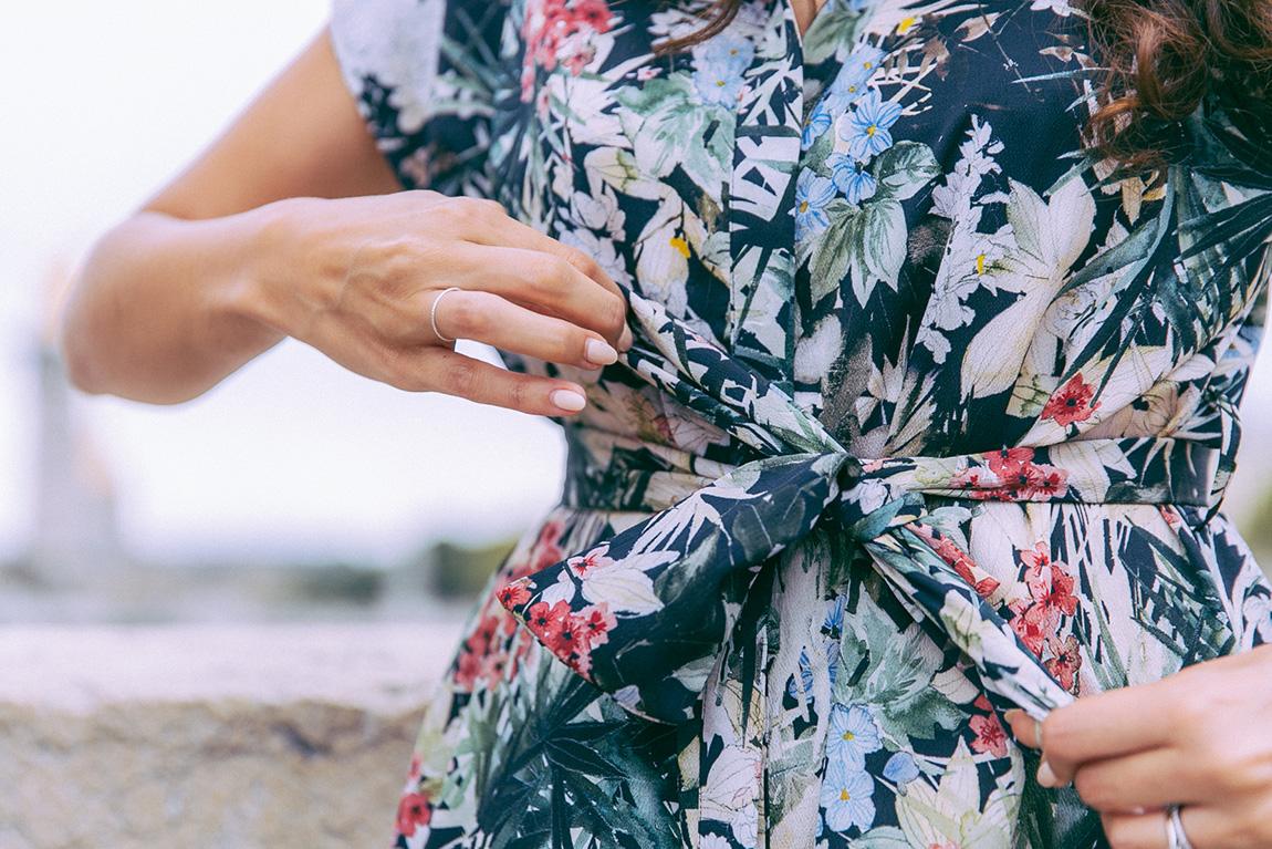 Blogueuse mode Paris - Shooting pont Alexandre III - Blog mode tenue d'été, de rentrée, robe à fleurs. Comment porter la robe mi-longue ?