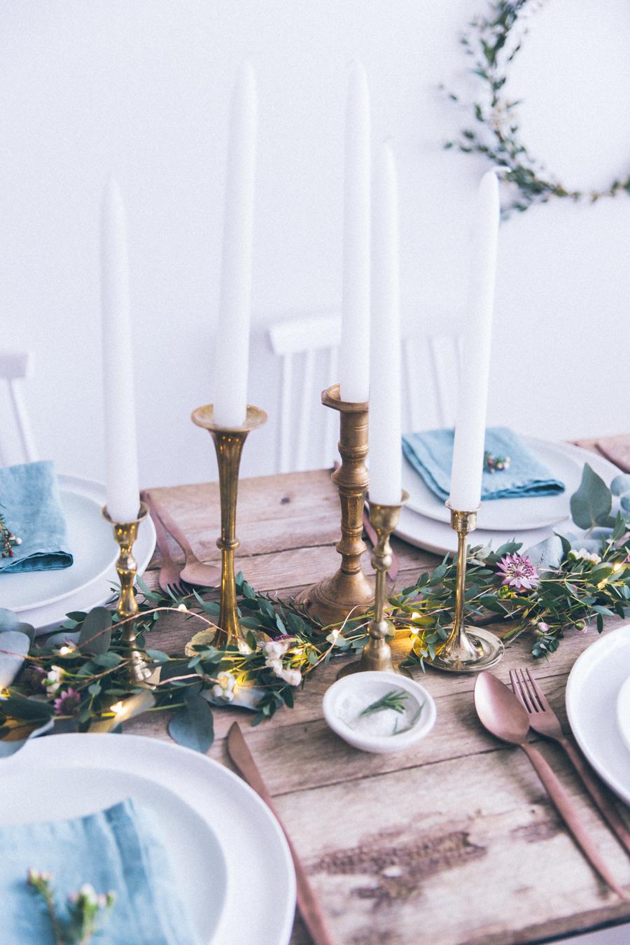 Conseils pour dresser sa table de Noël ou table de fête de mariage - style de table rustique en bois, plantes vertes et chandeliers dorés - blog cuisine lifestyle dollyjessy