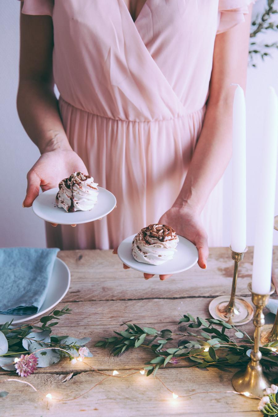 Pavolova chantilly mascarpone à la crème de marron, coulis de chocolat, feuille d'or, recette blog culinaire cuisine lifestyle paris - dessert de fêtes, de Noël - Pavlova au chocolat