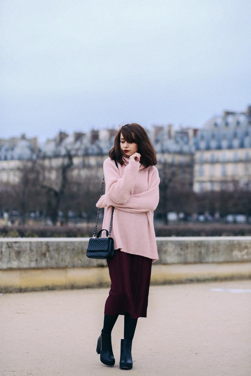 Blog mode Paris shooting parc des tuileries Dollyjessy blogueuse parisienne lifestyle belles photo - jupe plissée longue avec un gros pull rose en maille - boots massives - look urban outfitters