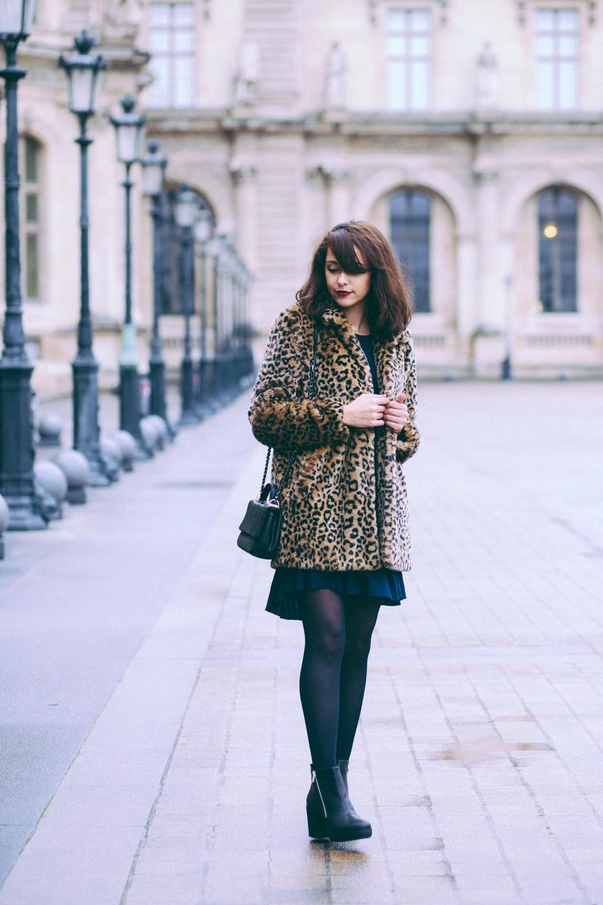 Blogueuse mode parisienne look aux Pyramides du Louvre - manteau fausse fourrure léopard robe empire babydoll Urban Outfitters blog mode paris photographe