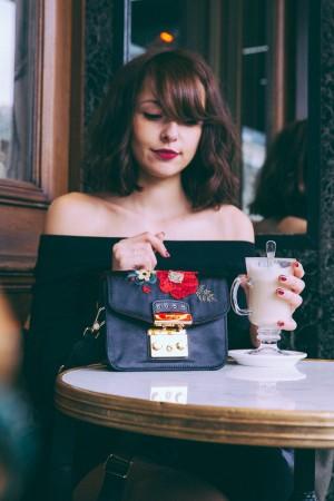 Sac Furla sur Zalando blogueuse mode Paris dollyjessy - Où acheter un beau sac sur Internet ? Photographie professionnelle shooting terrasse café de la paix
