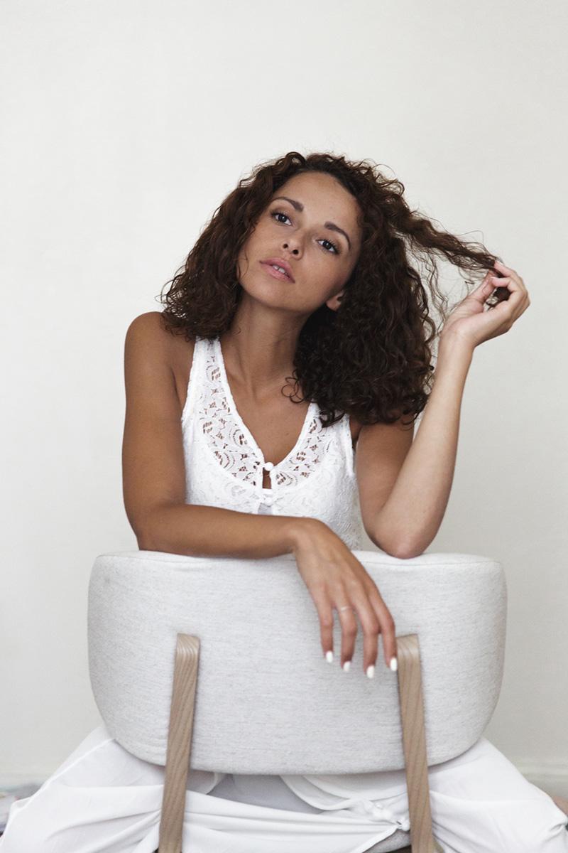 Blogueuse dollyjessy cheveux bouclés origine algérienne