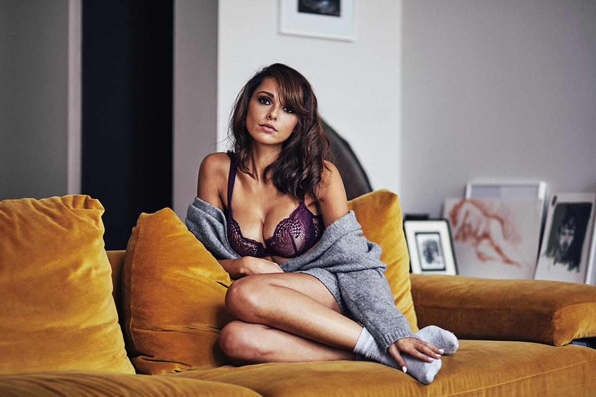 Lingerie sexy glamour dentelle couleur prune Implicite qualité SImone Perele blogueuse mode shooting parisien appartement