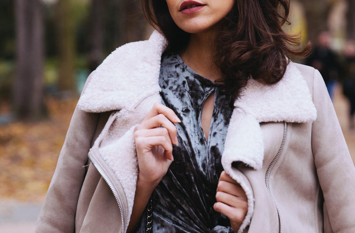 Blog mode lifestyle original Paris blogueuse mode parisienne Dollyjessy - Robe verte en velours Zara - robe de fête Bombardier Zara Pas cher beige moumoute