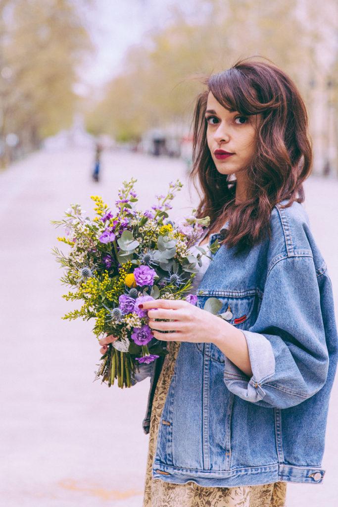 Blogueuse mode fraiche Paris dollyjessy Jessica blog lifestyle shooting look veste en jean vintage jupe fleurie vintage airmax 90 blanches tenue féminine avec des baskets