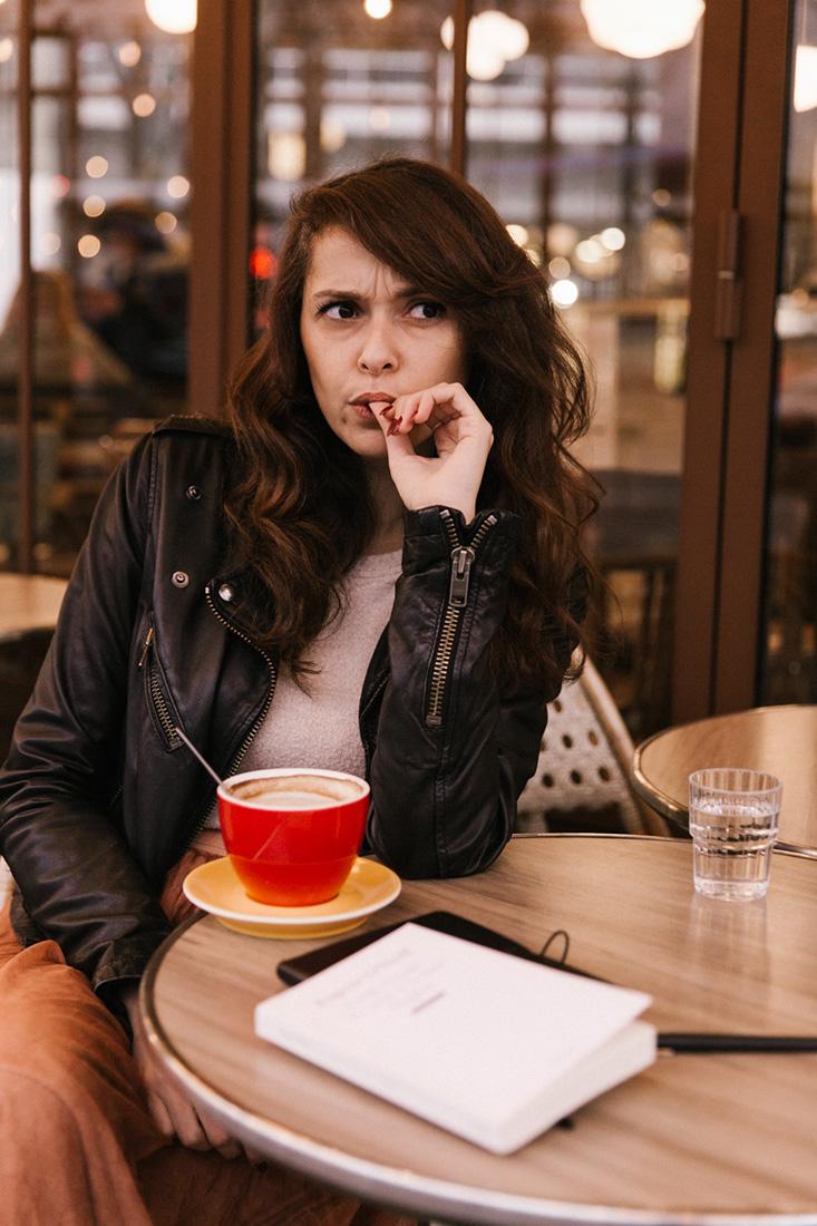 Look parisien blogueuse parisienne tenu terrasse de café paris traditionnelle tenue blog mode blogueuse jolie brune cheveux longs Dollyjessy blog lifestyle