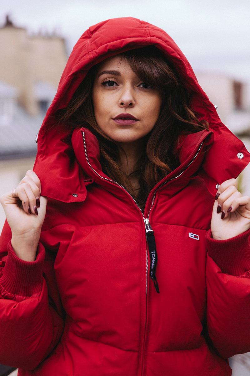 Look street Ellesse hiver 2019 Doudoune oversize rouge Tommy Jeans ensemble survêtement retro jogging vintage matière froissée - blog mode paris dollyjessy