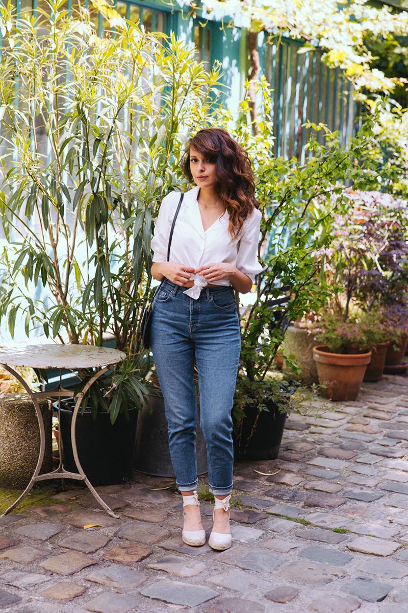 Look mode été 2019 automne, chemise blanche fabriquée en France avec un mom jean taille haute et des chaussures compensées espadrilles - blog mode paris dollyjessy